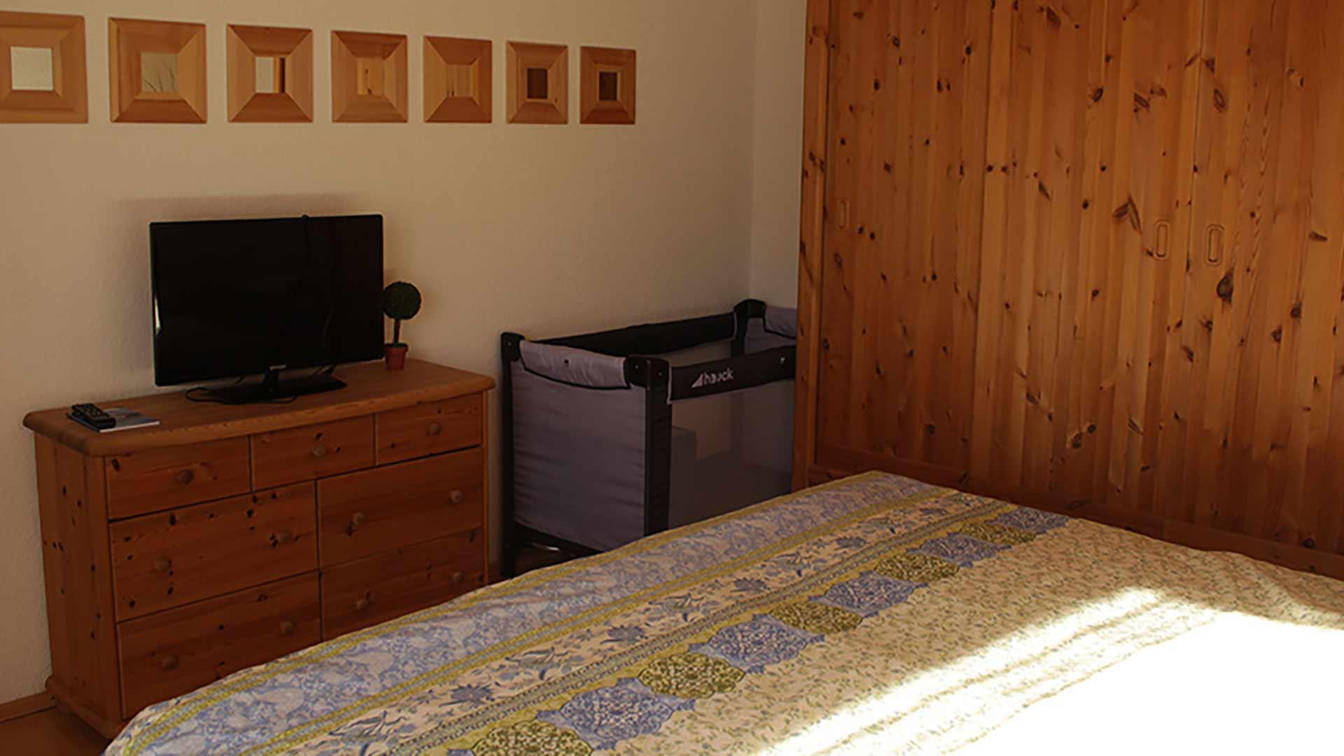 Schlafzimmer mit Kinderbett (neben diesem Reisekinderbett gibt es nun auch ein vollwertiges)